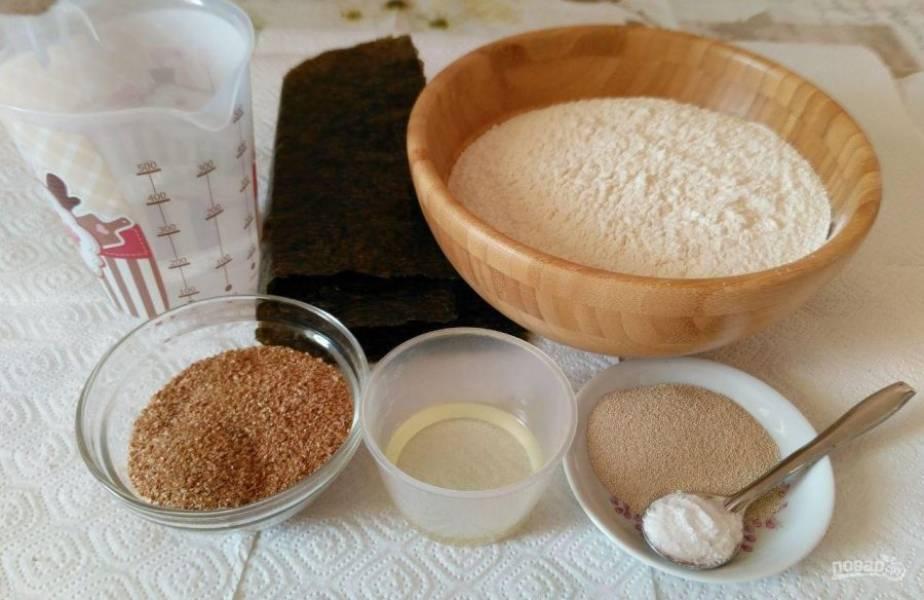 Подготовьте все ингредиенты для выпекания дрожжевого хлеба из нори. Пшеничные отруби, указанные в составе, можно исключить. Это не повлияет на качественные характеристики готовой выпечки.