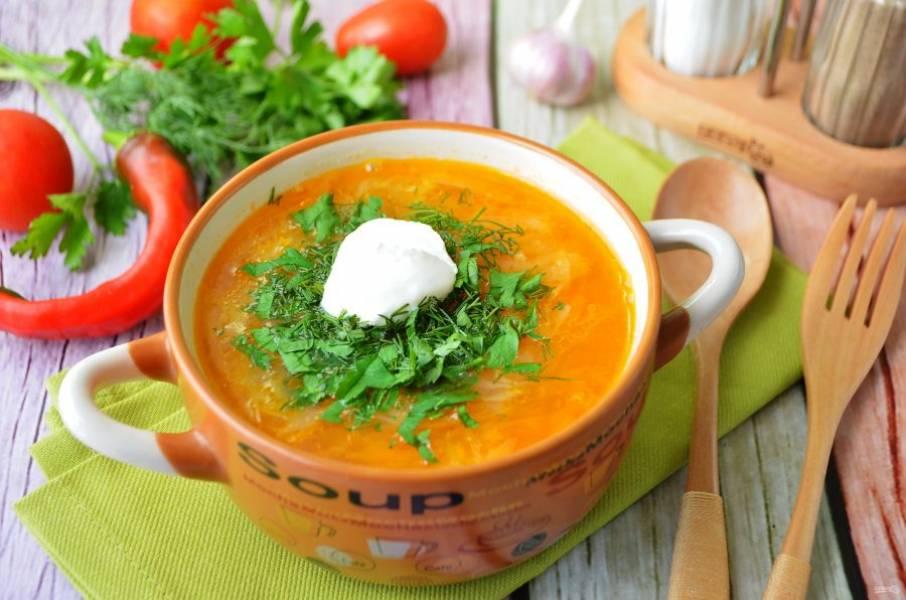 7. Дайте супу настояться минут 15-20. После чего разливайте по тарелочкам, добавляйте свежую зелень и сметану.