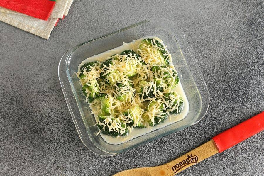 Залейте яичной заливкой. Я еще решила посыпать брокколи небольшим количеством тертого сыра. Запекайте в духовке при температуре 180 градусов около 15 минут.