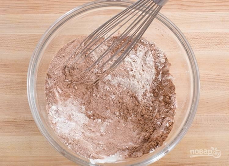 1.В миске соедините муку, какао-порошок и сахарный песок.