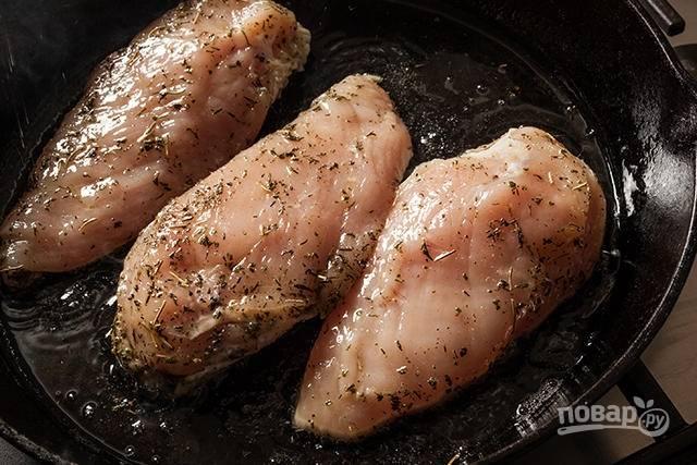 Куриные грудки посолите и поперчите. Затем смешайте оливковое масло, тимьян, розмарин, орегано и толченый чеснок. Натрите курицу и оставьте ее мариноваться на 2 часа.