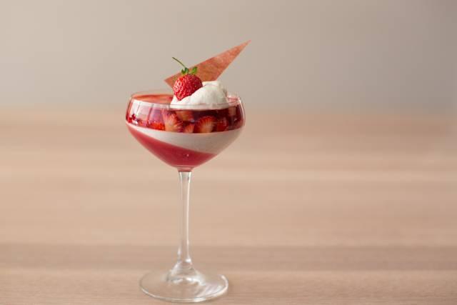 6. Перед подачей можно украсить десерт взбитыми сливками, свежими ягодами или другими добавками по вкусу. Вот такая красота получается.