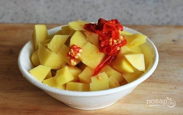 4. Бульон аккуратно процедите и поставьте на огонь. Очистите картофель и нарежьте кубиками. Отправьте в кипящий бульон, подсолите по вкусу и добавьте чили.