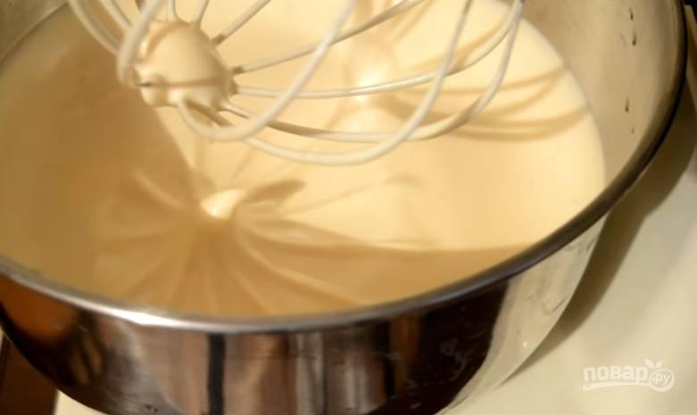 6.Включаем миксер, добавляем по одной столовой ложке медовой смеси, взбиваем 1-2 минуты.
