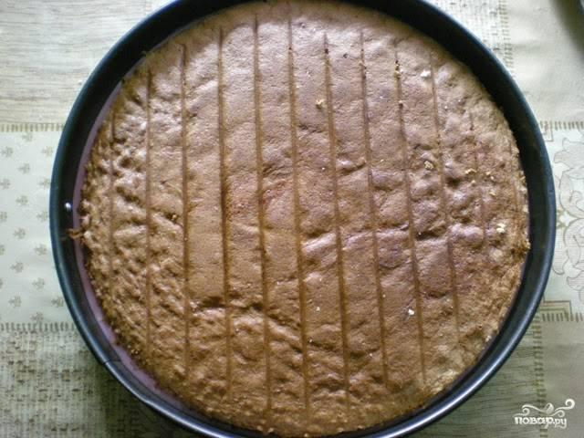 Достаньте из холодильника остывшую заготовку торта, выложите в нее еще одни корж.