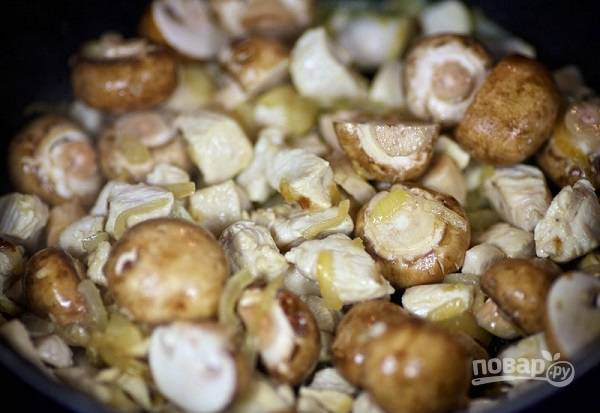 4. В это время можно выложить на сковороду грибы (использовать можете абсолютно любые грибочки, которые вам по душе). Жарьте еще минут 5-7.