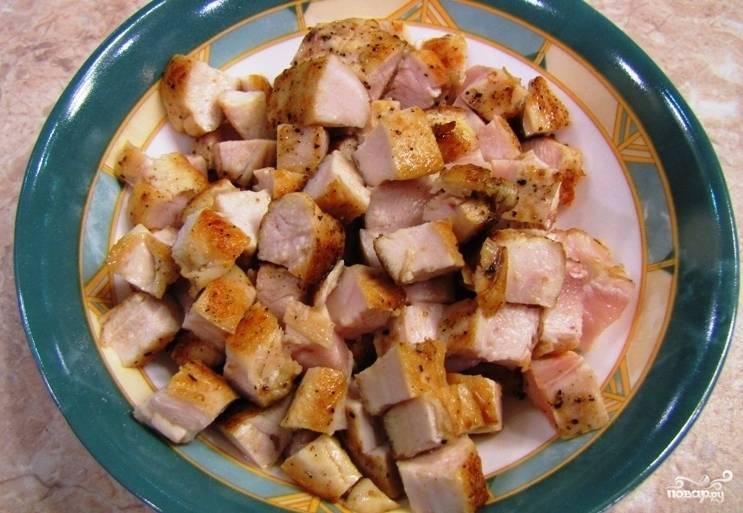 3. Затем, когда остынет, нарезаем мясо кубиками.