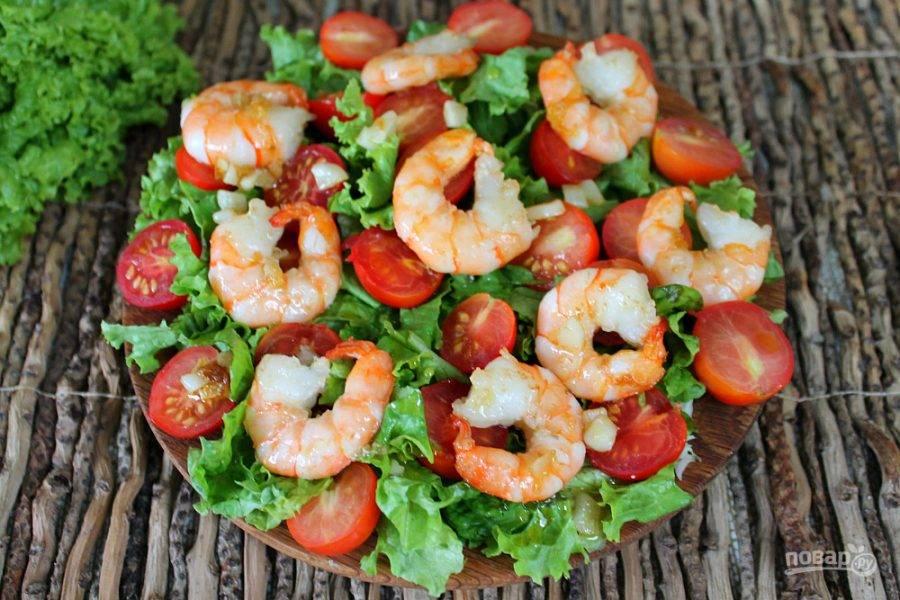 Креветки с чесноком и оливковым маслом добавляем в салат.