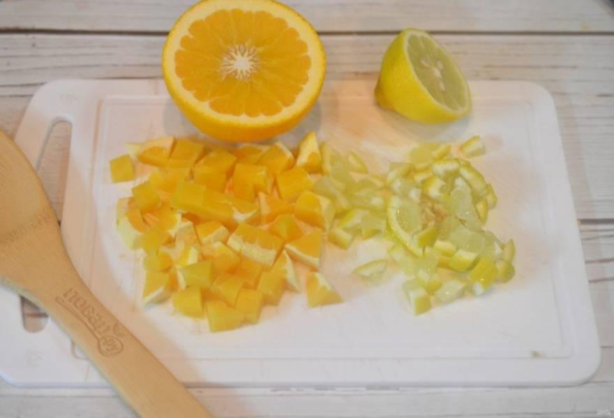 2. Апельсин почистите и нарежьте кубиком, лимон также нарежьте мелким кубиком.