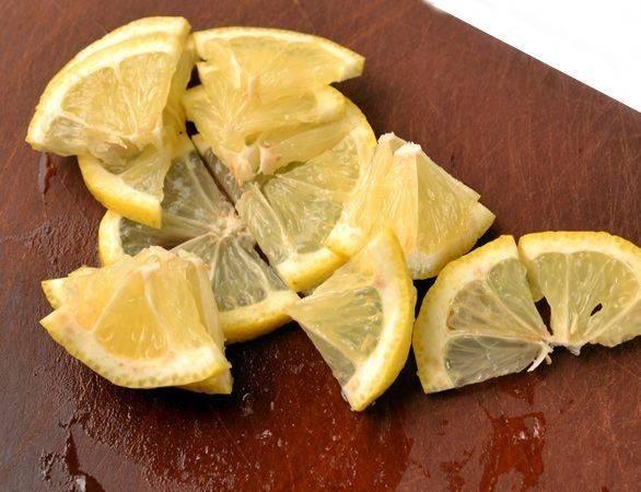 Лимон нарезаем тонкими кружочками, которые затем делим еще на 4 части.