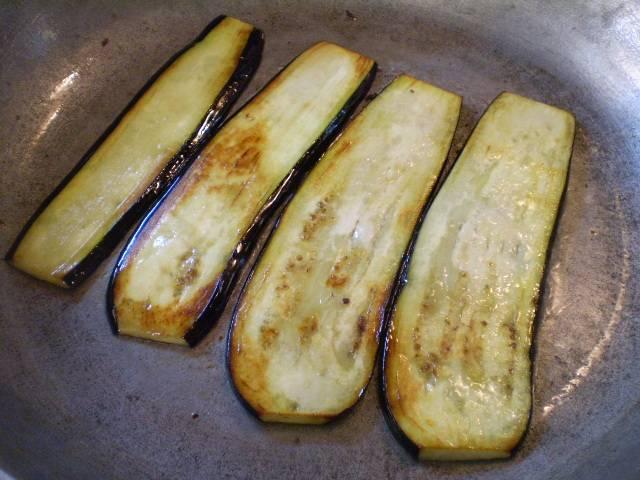 На растительном масле обжарьте баклажаны до готовности.