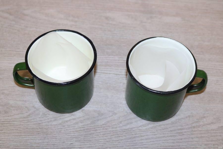 Формочки для куличей застелите пекарской бумагой. Если специальных формочек нет, можно воспользоваться подручными средствами: эмалированными кружками, железными баночками от горошка, кукурузы. В них куличи получаются отличные.