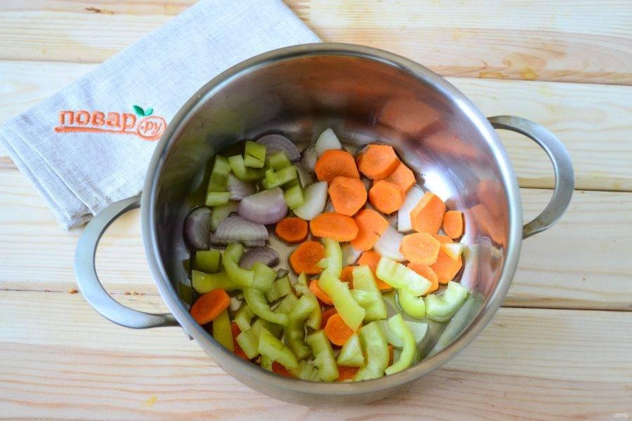 Для приготовления супа выберите небольшую толстодонную кастрюлю. Сначала положите в нее кусочек сливочного масла и растопите на медленном огне. Затем отправьте в кастрюлю морковь, лук и сладкий перец и пассируйте 3-4 минуты.