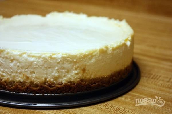 7. Хорошо остудите пирог сначала в форме, затем аккуратно снимите борта и оставьте еще на какое-то время. Приятного чаепития!