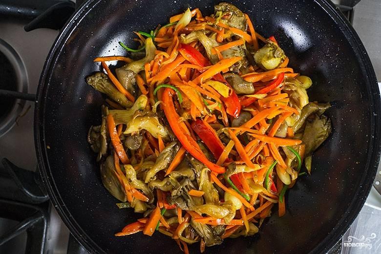 3. Дальше добавим морковь, помидоры и два вида перца. Перемешаем. Отдельно отварим рис до готовности.