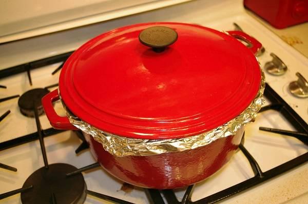 8. Накрыть посуду фольгой, а затем крышкой. Томить на минимальном огне, но лучше всего отправить в духовку. Чем дольше будет готовиться, тем нежнее и сочнее будут свиные ребрышки с подливкой в домашних условиях.