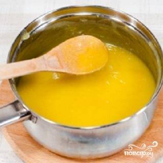 3.Хорошо перемешанную массу нужно перелить в кастрюлю и добавить сливочное масло. Огонь сделайте маленький и постоянно помешивайте. Варится крем около 5 минут. Крем должен загустеть. Может случиться следующее. Яйца свернулись, хотя это случается редко, ведь в рецепте есть кислота.  Не переживайте. Это можно исправить. Можно крем взбить в блендере. А еще можно просто протереть через сито. Красивым, летним, ярким утром вы можете приготовить такой же яркий и солнечный завтрак.  Лимонный крем – это классический английский десерт. Рецепт очень простой. Вы уже убедились в этом? Приятного аппетита.