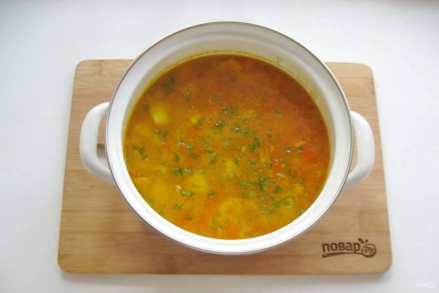 Варите суп до готовности всех ингредиентов. В конце добавьте измельченную зелень.
