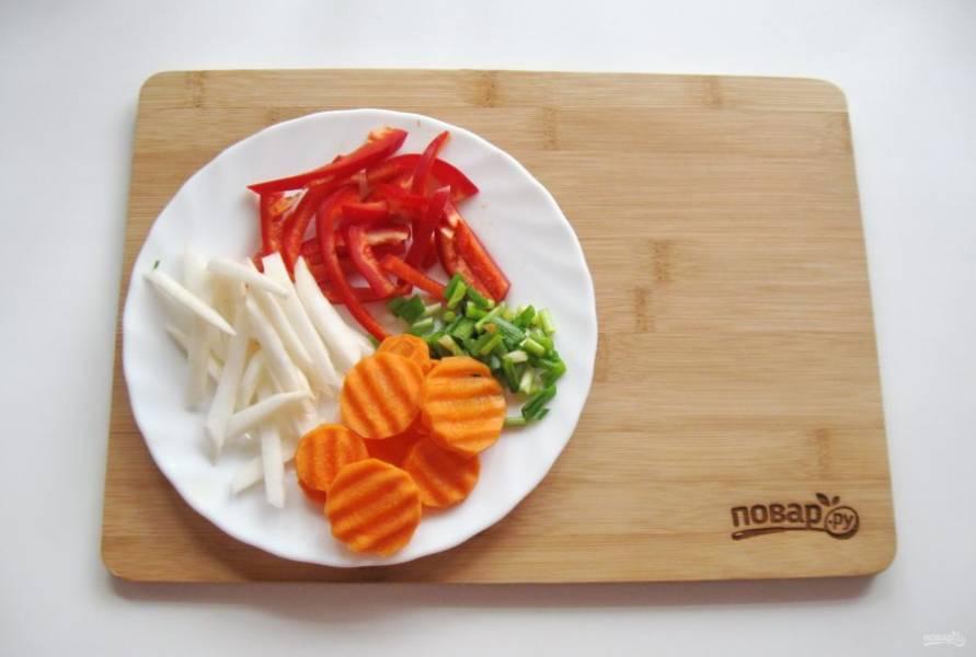 Пока мясо варится, подготовьте овощи: морковь, болгарский перец, зеленый лук и белую редьку.