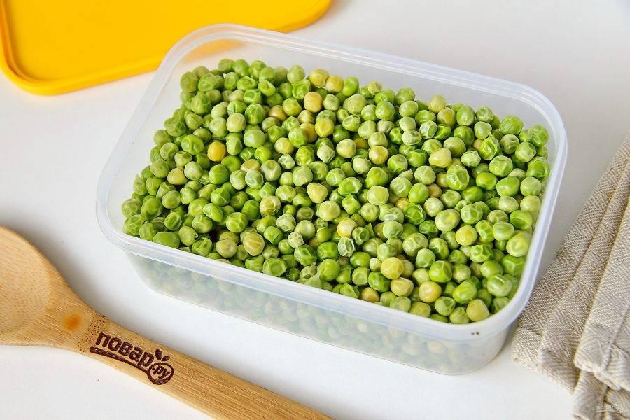 Расфасуйте просохшие бобы по пакетам или любой другой таре. Перенесите емкости с горошком в морозилку и используйте по мере необходимости.