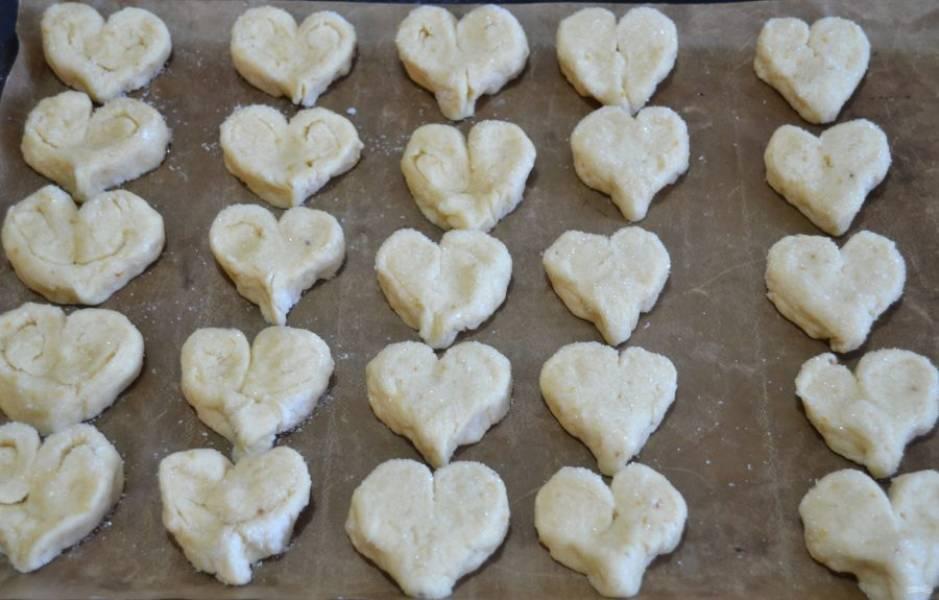 Выложите печенье на лист для выпечки на небольшом расстоянии друг от друга. В процессе выпечки печенье увеличивается незначительно.