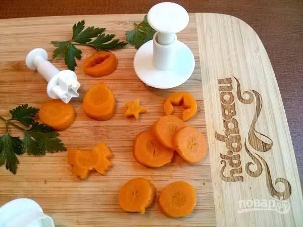 3.      Красиво нарезать отварную морковь.