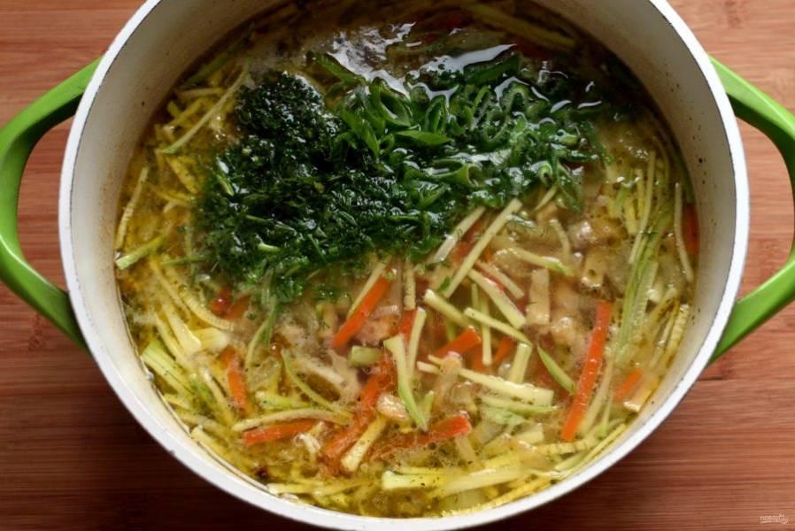 Доведите до кипения бульон или воду, посолите по вкусу, поперчите. Опустите  овощную поджарку и варите минут 5 на слабом огне. Измельчите зеленый лук и укроп. Опустите в суп кабачковую «лапшу», доведите до кипения и снимите суп с огня. Всыпьте в суп зелень, перемешайте и дайте настояться под крышкой минут 10.