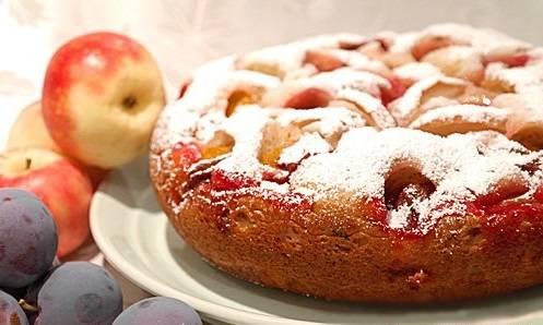 Дайте готовому пирогу настояться 15-20 минут. А теперь можно кушать, приятного аппетита!