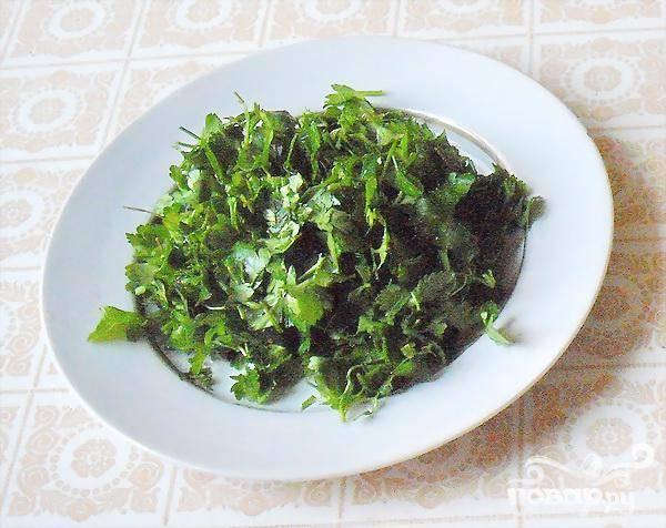 4.Промываем и измельчаем зелень сельдерея, добавляем пропущенный через чеснокодавилку чеснок, или можно его просто мелко нарезать.