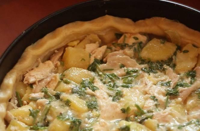 3. Дальше просто выкладываем остывшие и измельченные картошку с курицей, добавим также измельченный лук, заливку выливаем сверху. Отправим блюдо в духовку. Я запекала 40 минут при температуре 190 градусов.