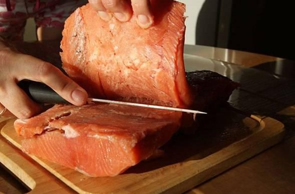 Разделываем рыбу на филе. Кожу можно снять, а можно оставить. Если рыба мягкая - лучше оставьте с кожей, так рыбные кусочки не развалятся при мариновании.