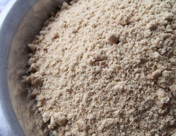 1. Печенье для этого тортика можно использовать абсолютно любое. Его нужно измельчить при помощи блендере или скалки (положив предварительно печень в пакет).