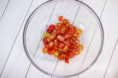 1. Вымойте все овощи и обсушите. Помидорки, а в данном случае это черри, нарежьте пополам или четвертинками.