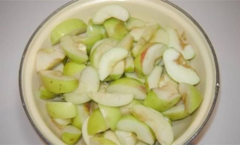 3. Яблоки порежьте дольками, косточки уберите.