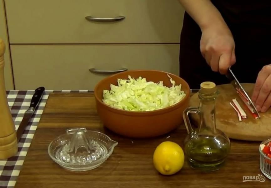 1. Для начала промойте и нарежьте крупными кусочками пекинскую капусту. Аккуратно перемешайте ее руками, чтобы разделить листья друг от друга.