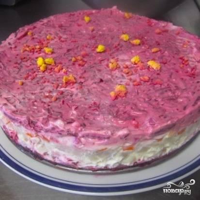 Наутро разъемную форму можно будет аккуратно снять - салат будет держаться в форме торта.
