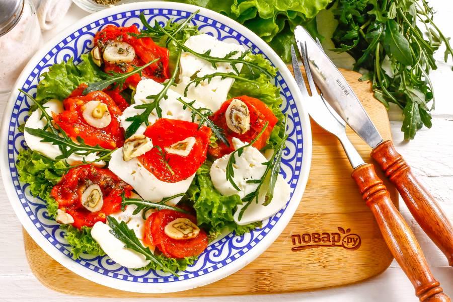 Салат с вялеными помидорами и рукколой