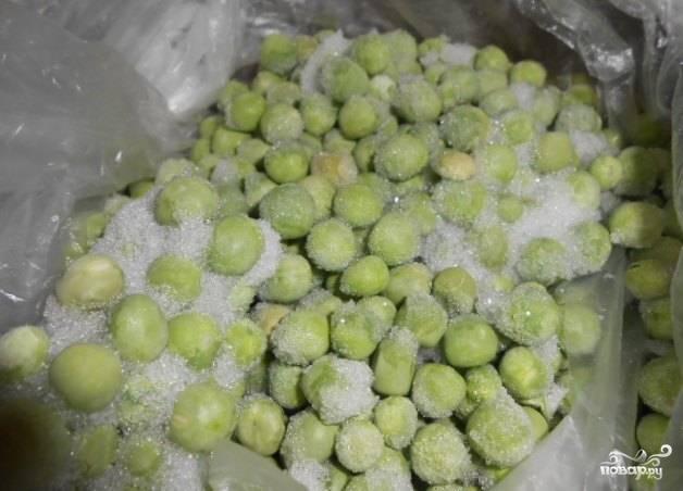 3. Когда картофель будет почти готов, отправляем к нему зеленый горошек (можно даже консервированный, но тогда вводите его в суп за 5 минут до готовности). Солим и приправляем юшку по вкусу.