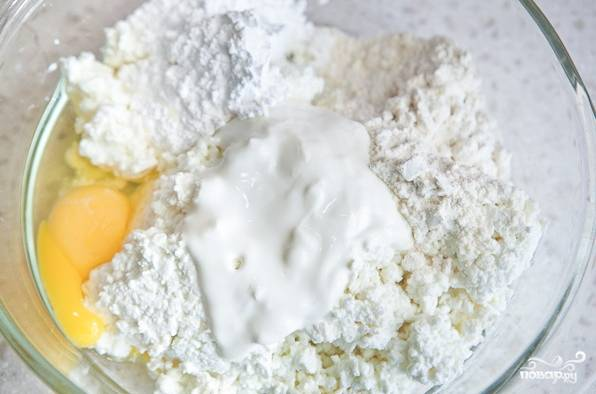 5. Для начинки в глубокую мисочку отправьте творог, сахар, 1 яйцо и немного муки и сметаны.