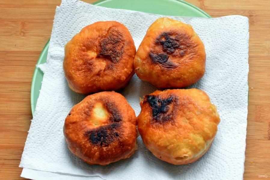 Жарьте пирожки партиями в хорошо разогретом масле на среднем огне, переворачивая, до готовности. Кладите на сковороду сначала защипом вниз.  Выкладывайте на салфетки для удаления излишков масла.
