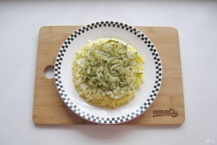 Соленый или маринованный огурец натрите на терке, выложите на лук.