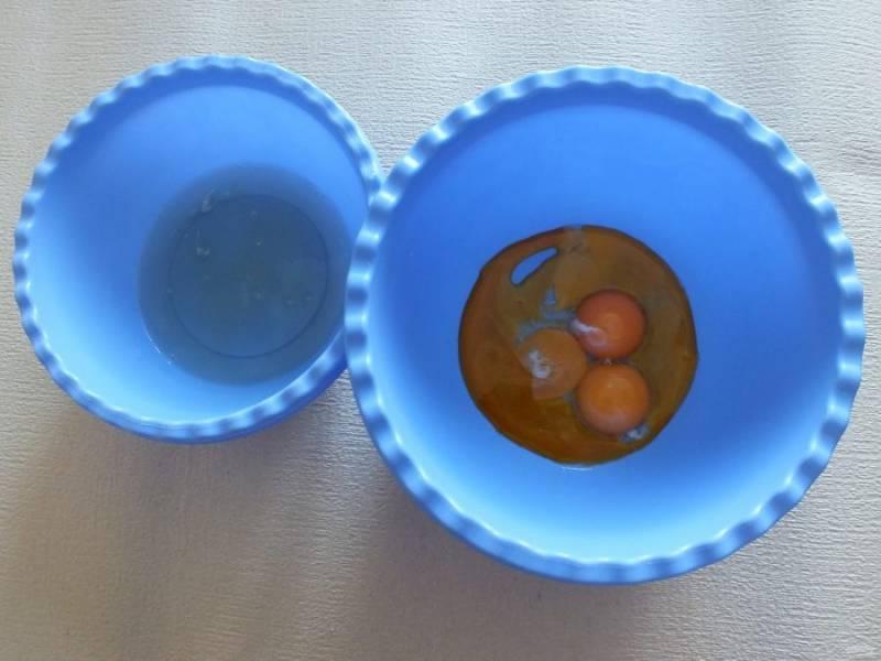 Разделите яйца на белки и желтки. Белки уберите в холодильник.