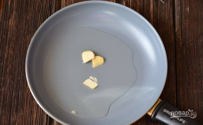 Дольку чеснока почистите. Разрежьте её на пластины и обжарьте в масле до золотистого цвета.