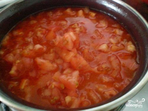 Ставим креветочный бульон на огонь, добавляем в него нарезанные кубиками помидоры и варим на медленном огне 15 минут.