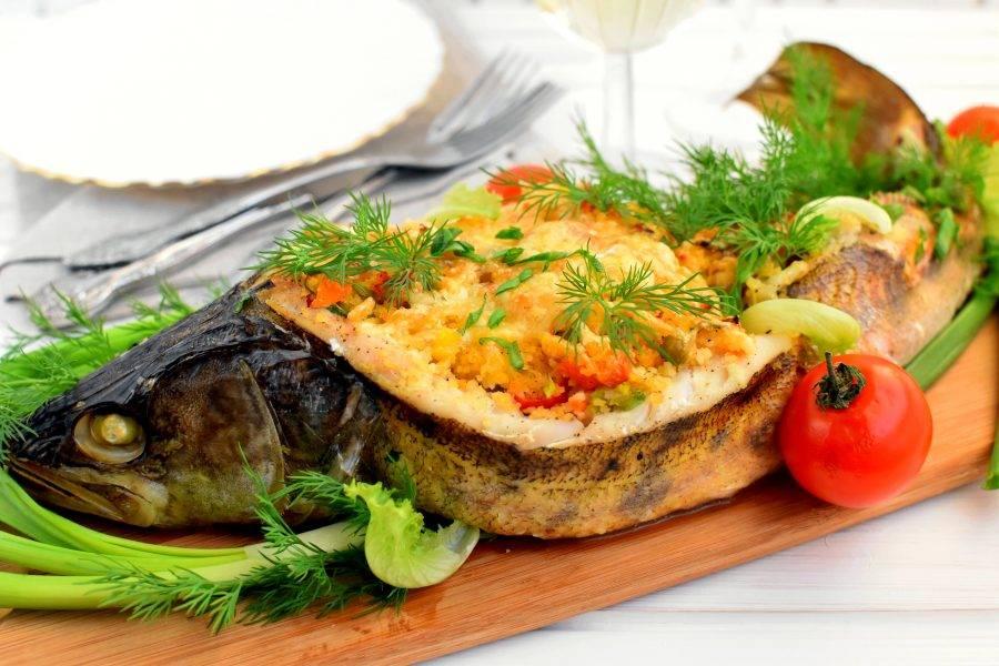 Подавайте рыбу горячей, украсив свежей зеленью и овощами.