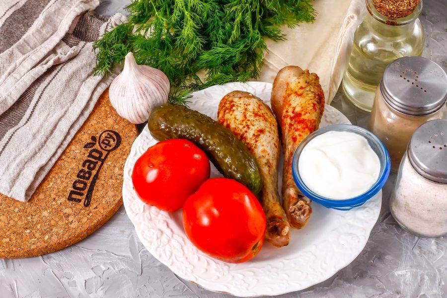Подготовьте указанные ингредиенты. Заранее обжарьте куриные голени или бедра с добавлением пряных специй. Куриное филе лучше не использовать — оно слишком суховато на вкус.