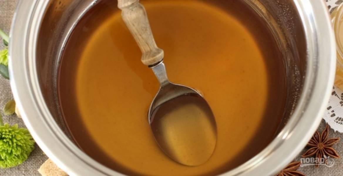 В горячий пряный сок порционно вводите сок с агар-агаром, дайте смеси закипеть. Варите в течение 5-7 минут на маленьком огне, постоянно помешивая, чтобы агар полностью растворился. Снимите кастрюлю с огня и дайте смеси постоять в течение 5 минут, после чего можно добавлять мед или сахар по вкусу.