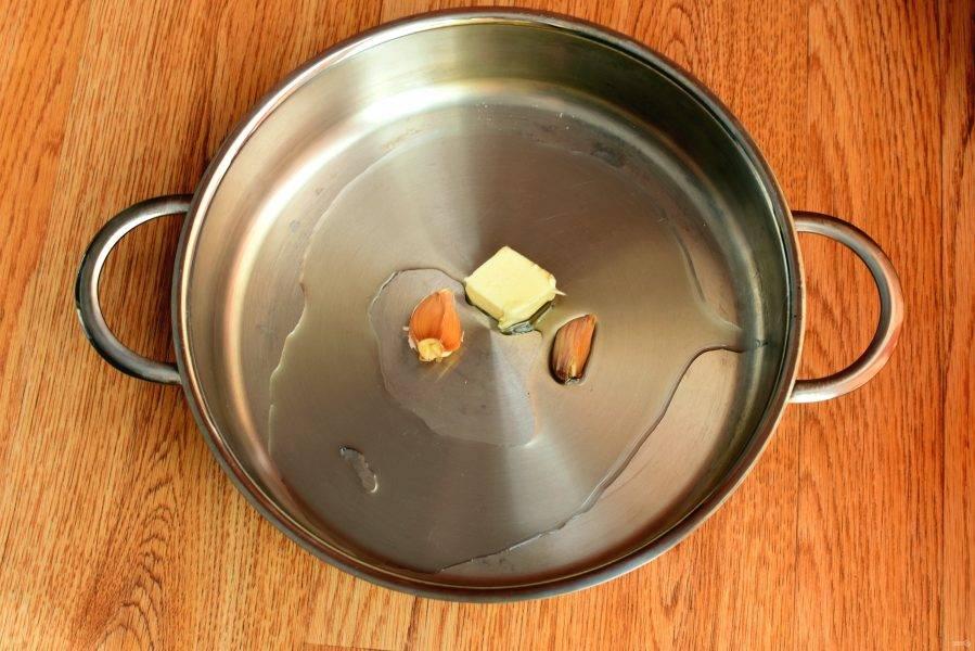В сотейнике растопите сливочное масло в оливковом, добавив прижатый плоской стороной ножа чеснок прямо в кожуре. Прогрейте чеснок около минуты до появления аромата и удалите его.