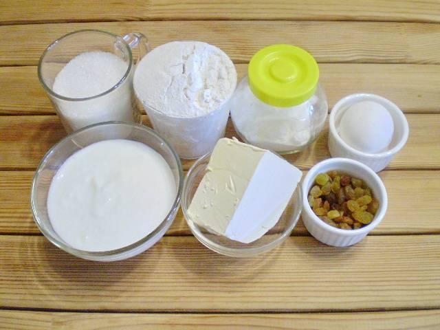 1. Приготовим продукты для кексиков. Изюм распариваем, как для любой выпечки.