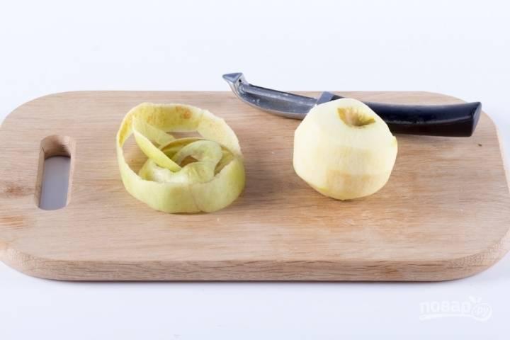 Яблоки промываем и очищаем от кожуры.